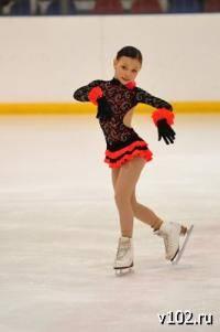Зимние виды спорта: Девушки которые на хоккейных катаються